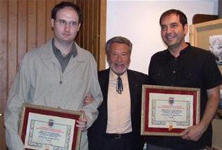 """A man zurda, Alberto Gracia replegando el premio de relatos curtos """"Luis del Val"""" en 2009"""